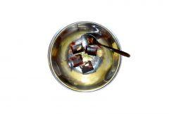 Biszkoptowe ciastka deserowe z galaretka oblane czekoladą z konopią proces gotowania