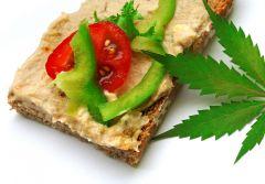 Pasta Konopna z wędzoną makrelą - liśc marihuany kanapka