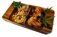 Pieczone skrzydełka kurczaka w marynacie słodko-pikantnej  z brązowym ryżem i warzywami podsmażanymi na maśle konopnym.