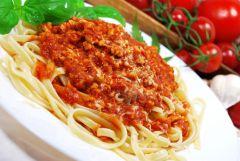 Bavette w mocnym sosie pomidorowym z indykiem i suszem konopi Super Silver Haze -podanie
