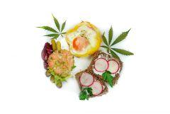 Jajo sadzone w papryce i tatar z łososia - śniadanie